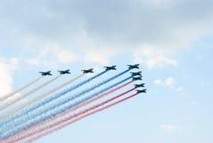 SU-25 τα αεροπλάνα επίθεσης χρωματίζουν τη ρωσική σημαία Στοκ Εικόνα