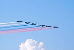 SU-25 τα αεροπλάνα χρωματίζουν τη ρωσική σημαία Στοκ φωτογραφία με δικαίωμα ελεύθερης χρήσης