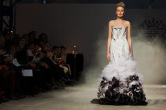 Su alone solleciti la sfilata di moda 2012 di estate della sorgente del vu Fotografia Stock
