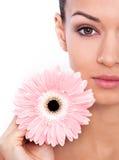 Su belleza radiante es el producto del gran cuidado de piel Fotografía de archivo libre de regalías