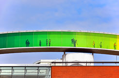 ` Su ` del panorama del arco iris en el tejado del ARoS Aarhus Art Museum Imagen de archivo libre de regalías