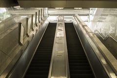 Su e giù i gradini di scala mobile in sottopassaggio Immagini Stock