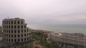 Su e giù il ristorante a Batumi, attrazioni sulla prima linea di litorale georgiano video d archivio