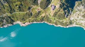 Su e giù la vista aerea del fuco del lago Barbellino un lago artificiale alpino Alpi italiane L'Italia Immagini Stock
