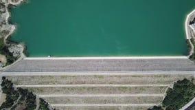 Su e giù la vista aerea della diga del lago Montedoglio un lago artificiale L'Italia stock footage