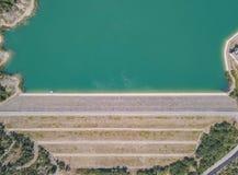 Su e giù la vista aerea della diga del lago Montedoglio un lago artificiale L'Italia Fotografia Stock