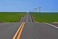 Su e giù la strada principale rurale Immagini Stock
