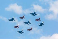 Su-27 en mig-29 die vechtersvliegtuigen door leden van de Russische Ridders en Swifts worden geloodst Stock Foto's