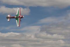 SU-26M Acrobatics Stunt Plane, das Elemente in einer Luft während des Luftfahrt-Sportereignisses durchführt stockbild