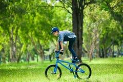Su muchacho que realiza truco en la bicicleta al aire libre Imágenes de archivo libres de regalías