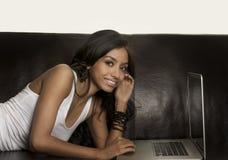 Su mujer que usa el ordenador portátil Imagen de archivo libre de regalías