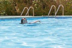 Su natación de la muchacha Foto de archivo