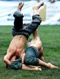A su opositor en el festival de lucha del aceite turco de Kemer en Turquía domina a un luchador joven Fotos de archivo