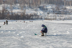 Su pesca di inverno Immagini Stock Libere da Diritti