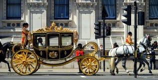 Su reina Elizabeth II de la majestad, y su carro Imagenes de archivo