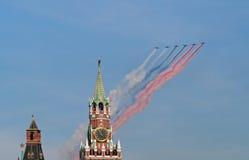 Su-25 samolotów farby rosjanina flaga nad Kremlin Fotografia Royalty Free