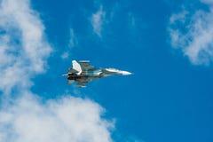 Su-30SM vuela en el cielo foto de archivo