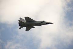 Su-24 som utför konstflygning på en airshow royaltyfri fotografi