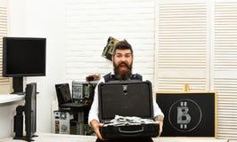 Su sueño absoluto vino verdad De los billetes a la moneda crypto Hombre barbudo con el dinero del efectivo Bitcoin para el negoci imagen de archivo