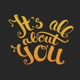 Su todo alrededor usted letras Pendiente del oro en fondo negro Foto de archivo