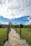 A SU Tong Pae Bridge, a ponte de bambu da fé através do arroz coloca na província de Mae Hong Son, Tailândia do norte imagens de stock