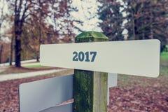 2017 su un bordo rurale del segno in un parco di autunno Fotografia Stock Libera da Diritti