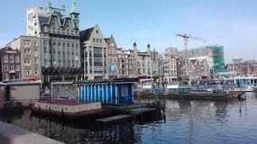 Su un canale di Amsterdam immagini stock