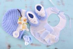 Su un fondo de la fiesta de bienvenida al bebé o del cuarto de niños del muchacho Imagen de archivo libre de regalías