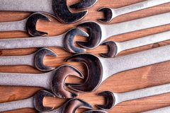 Su un fondo di legno marrone molte chiavi degli strumenti del cromo fotografia stock libera da diritti