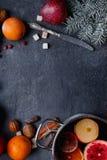 Su un fondo la disposizione di una pentola con la sangria della frutta, un ramoscello dell'abete ed arance Vista superiore Immagini Stock Libere da Diritti