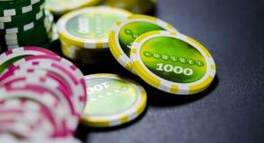 Su un fondo nero, grande scommessa per le carte da gioco su soldi fotografie stock