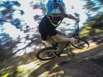 360 su un mountainbike facendo uso del gopro fotografia stock