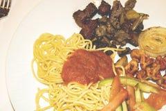 Su un piatto laterale del piatto di pasta con salsa al pomodoro e gli gnocchi, s immagini stock