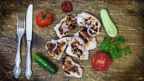 Su un vassoio di legno pollo grigliato con le verdure fotografia stock