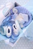 Su una caja de regalo azul de la fiesta de bienvenida al bebé del muchacho Imagen de archivo libre de regalías