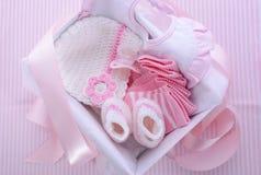 Su una caja de regalo de la fiesta de bienvenida al bebé del tema del rosa de la muchacha Imagenes de archivo