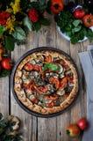 Su una tavola di legno su un piatto del gallet di verdure dai pomodori, dalla melanzana, dagli zucchini e dai peperoni dolci Stil Fotografia Stock