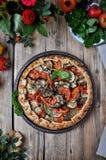 Su una tavola di legno su un piatto del gallet di verdure dai pomodori, dalla melanzana, dagli zucchini e dai peperoni dolci Stil Fotografia Stock Libera da Diritti