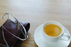 Su una tavola un la tazza con tè e una borsa Fotografia Stock Libera da Diritti
