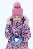 Su una tenuta della ragazza di giorno del ` s dell'inverno in mani aumenti rapidamente sotto forma di Fotografia Stock