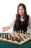 Su vuelta. Muchacha que invita para jugar a ajedrez Foto de archivo