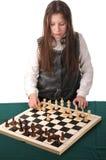 Su vuelta. Muchacha que invita para jugar a ajedrez Fotografía de archivo