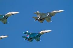 Su-30 y Su-27 en el cielo azul foto de archivo