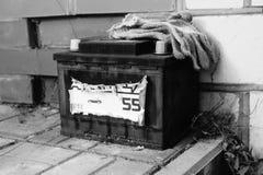 Sua bateria de carro obsoleta fotografia de stock
