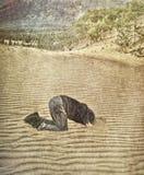 Sua cabeça está na areia ilustração stock
