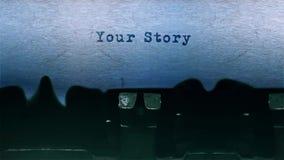 Sua datilografia da palavra da história centrou-se em uma folha de papel no áudio velho da máquina de escrever vídeos de arquivo