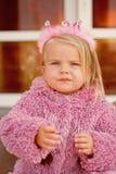 Sua rainha interna Princesa pequena Tiara pequena do cabelo do desgaste da criança Criança da menina com cabelo louro longo Cabel imagens de stock royalty free