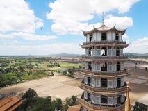 Sua tailandês do thum de Wat do templo em Kanjanaburi imagem de stock royalty free