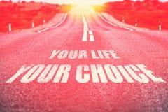 Sua vida sua escolha escrita na estrada Foco seletivo toned Imagens de Stock Royalty Free