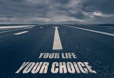 Sua vida sua escolha escrita na estrada toned Foto de Stock Royalty Free